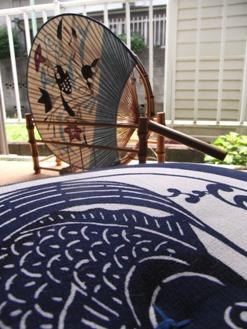 鯉の座布団ごしの型絵染の団扇