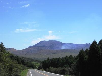 煙をはく阿蘇の中岳火口